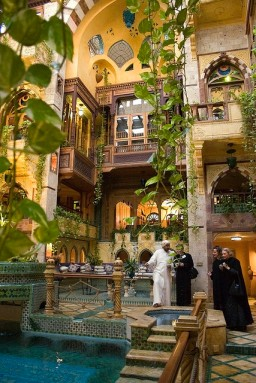 Dr. Sami Angawi shows guests the expansive inner courtyard of Al Makkiyah.